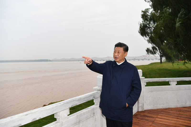 9月16日至18日,中共中央总书记、国家主席、中央军委主席习近平在河南考察。这是17日下午,习近平在郑州黄河国家地质公园,眺望黄河郑州段。新华社记者 谢环驰 摄