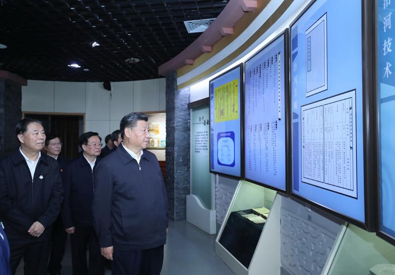 9月16日至18日,中共中央总书记、国家主席、中央军委主席习近平在河南考察。这是17日下午,习近平在郑州参观黄河博物馆。新华社记者 鞠鹏 摄